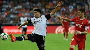 Carlos Soler y Escudero disputan el balón en Mestalla.
