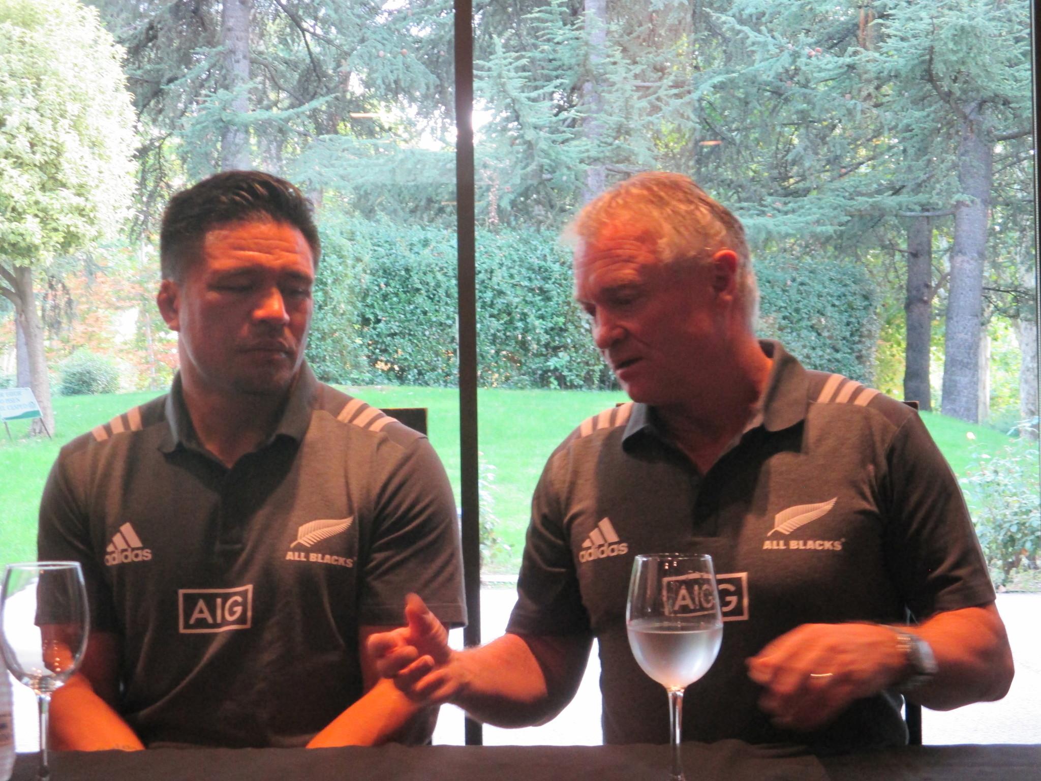 Grant Fox y Keven Mealamu durante la rueda de prensa en el Museo del...