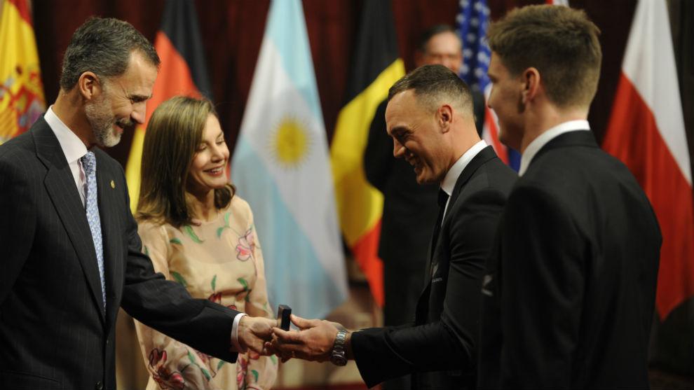 Israel Dagg y Jordie Barratt recibiendo la insignia como premiados por...