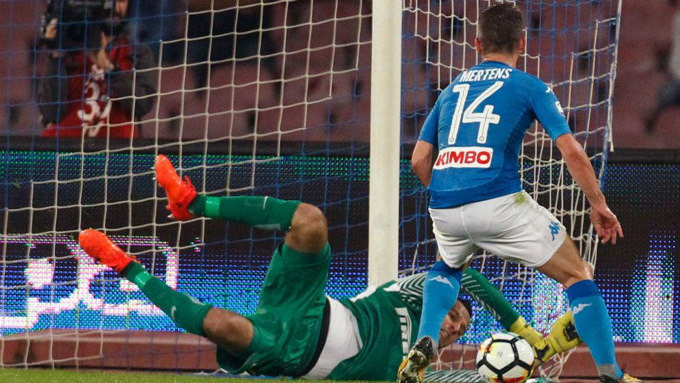Handanovic detiene un disparo a bocajarro de Mertens.