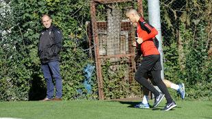 Fran Garagarza viendo un entrenamiento