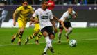 Haller marca de penalti al Dortmund.