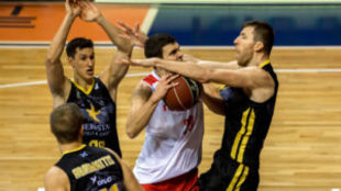 Fran Vázquez impide que Dejan Todorovic levante el balón en...