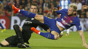 Prieto junto a Rakitic en el Camp Nou