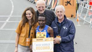 Jepkosgei posa con su acreditación del récord mundial