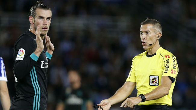 Bale exculpándose frente a Iglesias Villanueva en el partido frente a...