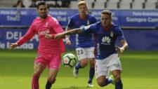 Alfaro y Aaron disputan un balón durante el partido.
