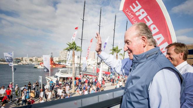 El Rey Juan Carlos saludando desde la base del MAPFRE en Alicante.