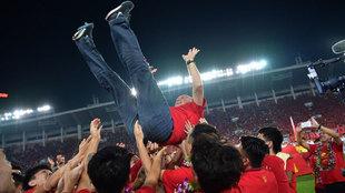 Scolari es levantado por sus jugadores en el estadio de Tianhe tras la...