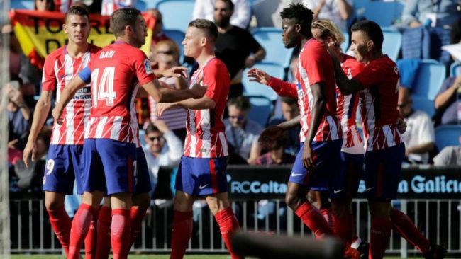 Gameiro celebra junto a sus compañeros su gol.