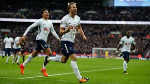 Kane celebra uno de sus dos goles al Liverpool.