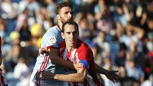 Godín pugna con Sergi Gómez.