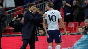 Kane conversa con Pochettino al ser sustituido.
