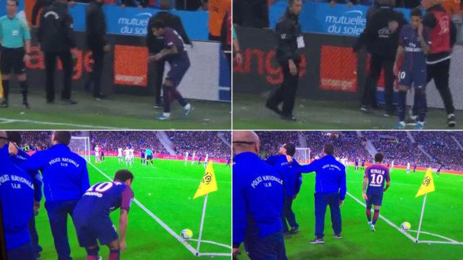 Neymar, intentando sacar los córners protegido por la seguridad del...