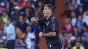 Mendilibar da instrucciones en la banda del Bernabéu.
