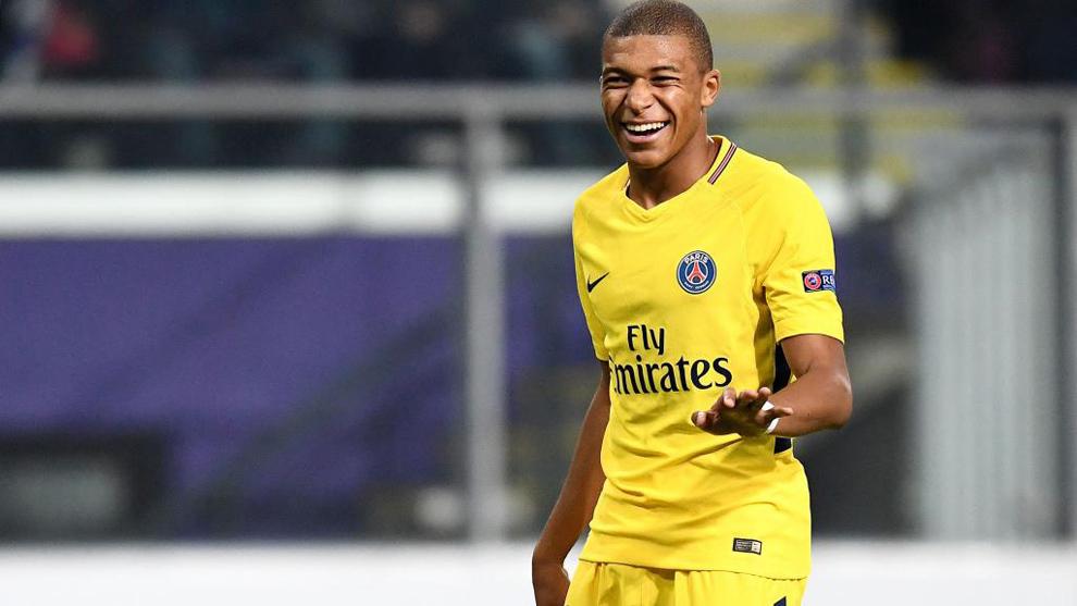 Mbappé (18) sonríe durante el partido entre el Anderlecht y el PSG