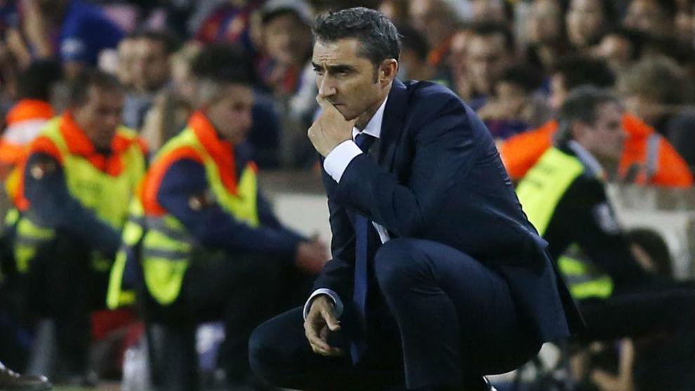 Ernesto Valverde, pensativo durante el encuentro frente al Málaga.