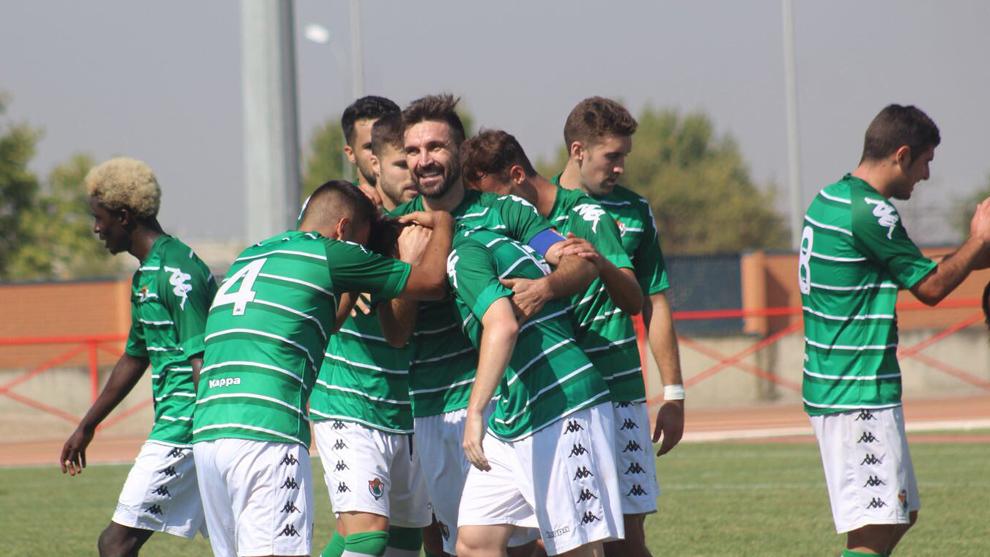 Los jugadores del Cacereño celebran un gol