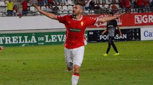 Víctor Curto celebra un gol con el Murcia.