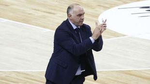 Pablo Laso aplaude una acción de su equipo durante un partido.
