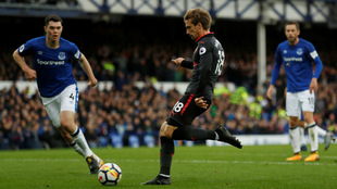 Monreal remata para marcar el gol del 1-1 ante el Everton