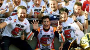 Marc Márquez celebra su título de campeón de MotoGp 2016 en Motegi