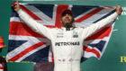 Hamilton, con la bandera británica.