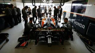 Ingenieros trabajan en el coche de Alonso.