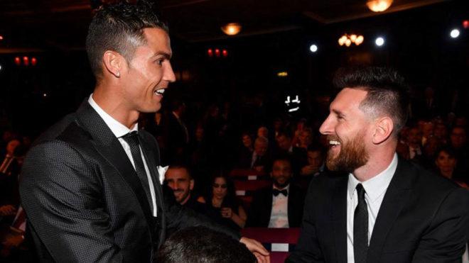 Cristiano y Messi se saludan en la gala.