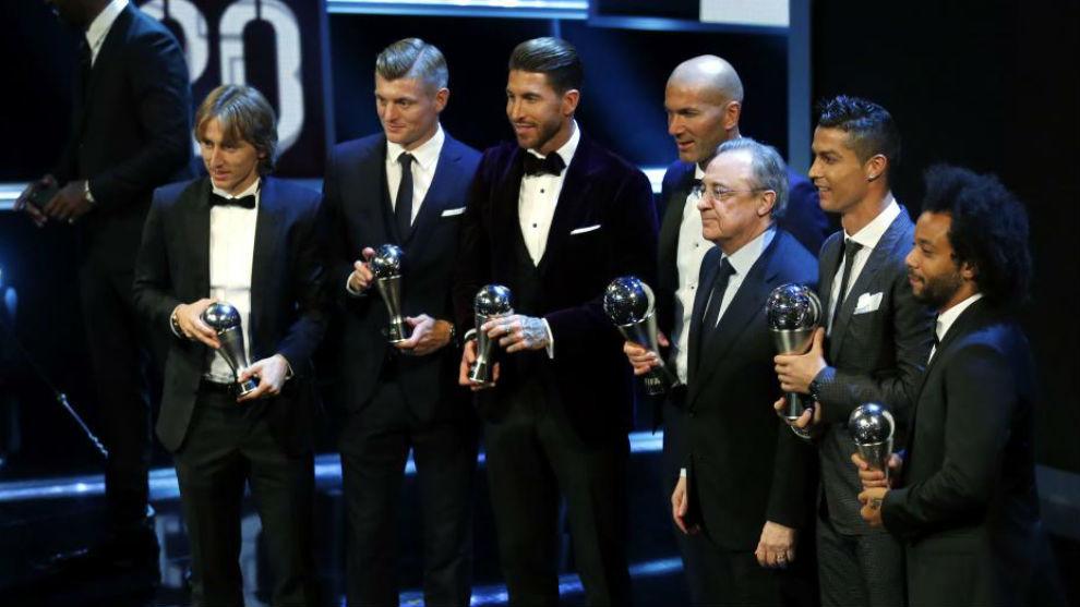 Los premiados del Madrid posan con Florentino Pérez.