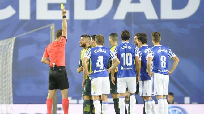 Melero López muestra una tarjeta durante el Real Sociedad-Espanyol.