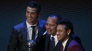 Neymar, Cristiano Ronaldo y el padre del brasileño posando para la...