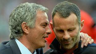 Mourinho bromea con Giggs durante un Chelsea-Manchester United.