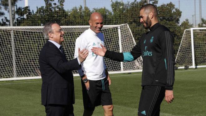 Florentino Pérez, saludando a Benzema ante la presencia de Zidane.