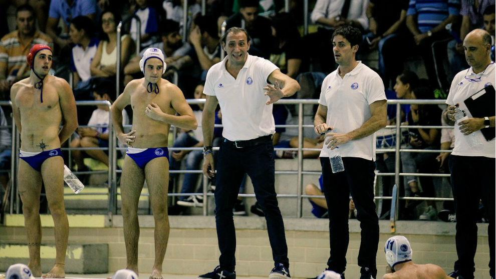 'Chava' Gómez, entrenador del Sabadell dando instrucciones a sus...