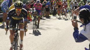 Un pelot�n de la Vuelta afronta un ascenso a un puerto