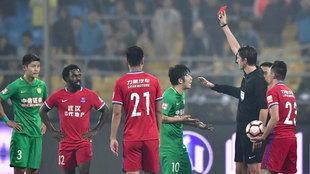 Aytekin expulsa a Zhang Xizhe tras una agresión a Chen Lei
