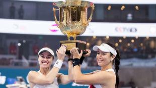 Hingis levanta el trofeo de Pekín con Chan