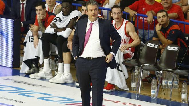 Sergio Valdeolmillos dirigiendo al Baskonia en Fuenlabrada tras la...