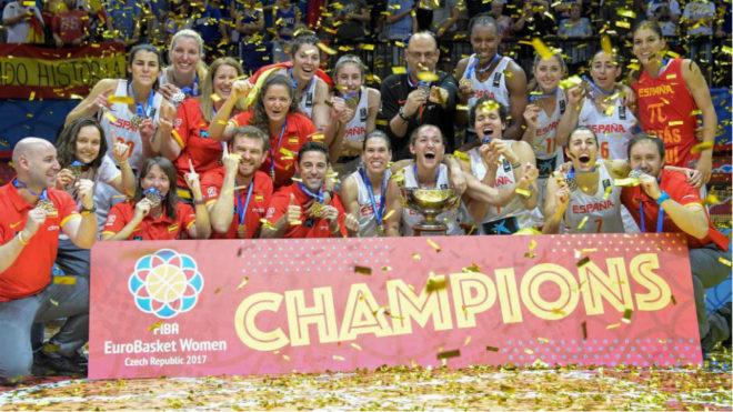 La selección española de baloncesto femenina celebra el título de...