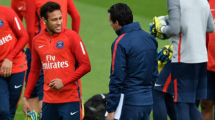Neymar (25) sonr�e a Unai Emery (45) durante un entrenamiento del PSG
