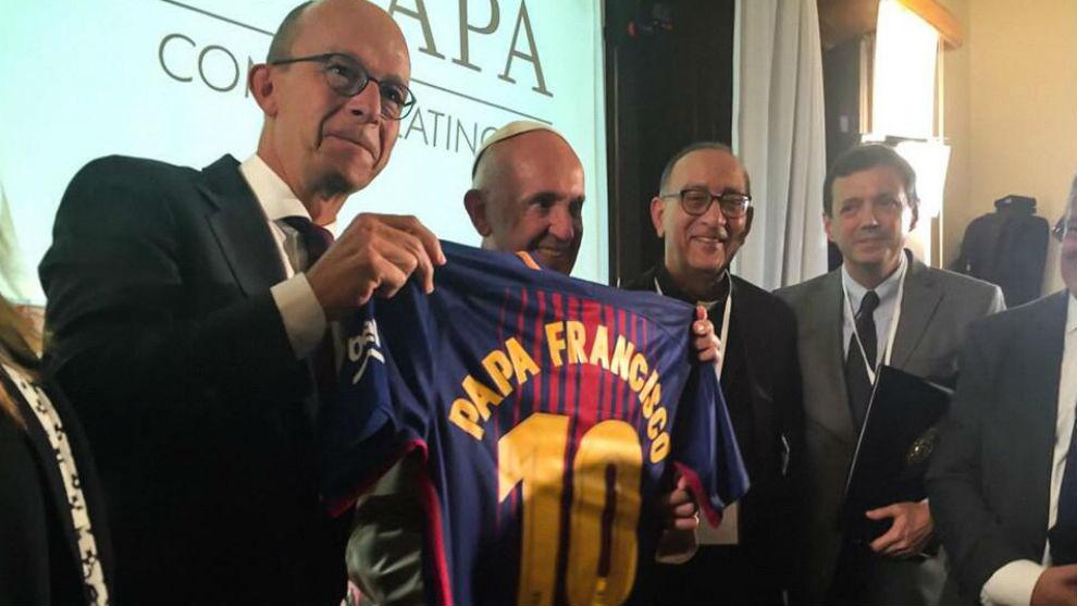 FC Barcelona  El Barça  renueva  al Papa Francisco  0cb23e282db