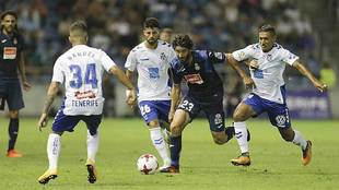 Granero, rodeado por jugadores del Tenerife este jueves en el partido...