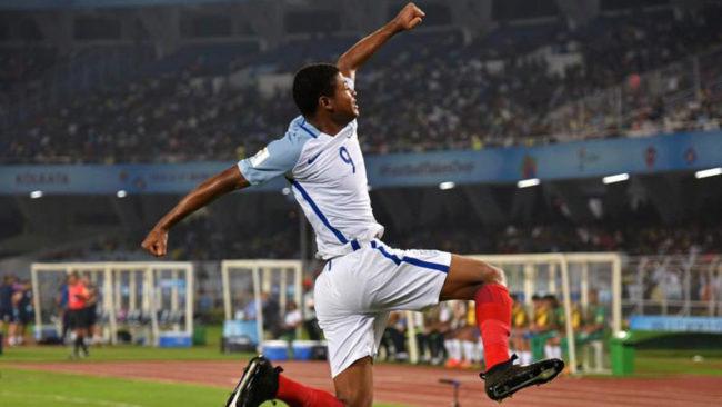 Rhian Brewster celebra un gol con Inglaterra.