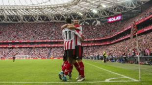 Jugadores del Athletic celebran un gol contra el Girona