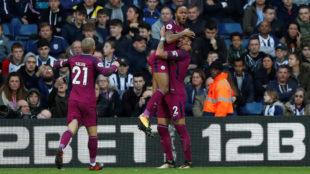 Sterling celebra con Walker y Silva su gol al West Bromwich.