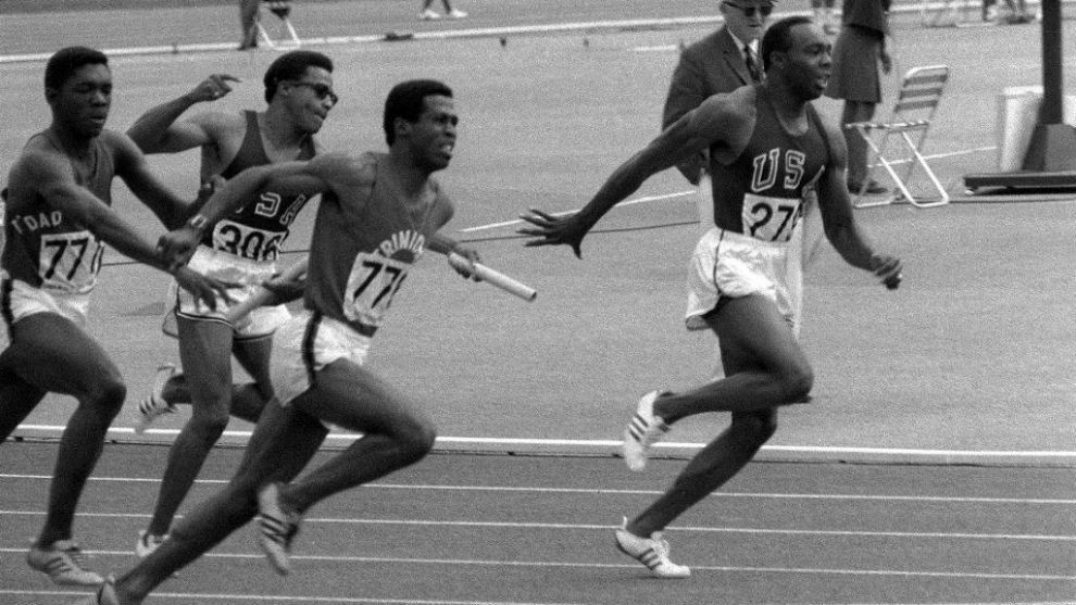 Jim Hines, a la derecha de la imagen, el primer ser humano en bajar de...