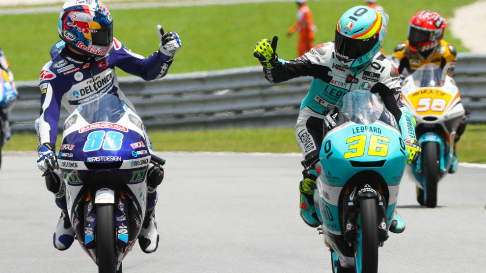 Mir (ganador) y Martín (segundo) se felicitan en Sepang