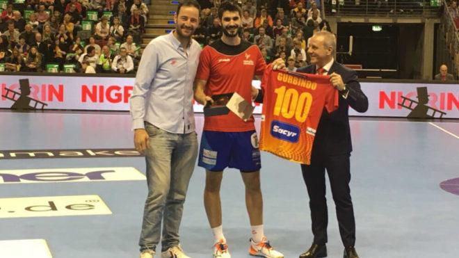 Gurbindo recibió una camiseta por sus 100 partidos internacionales...