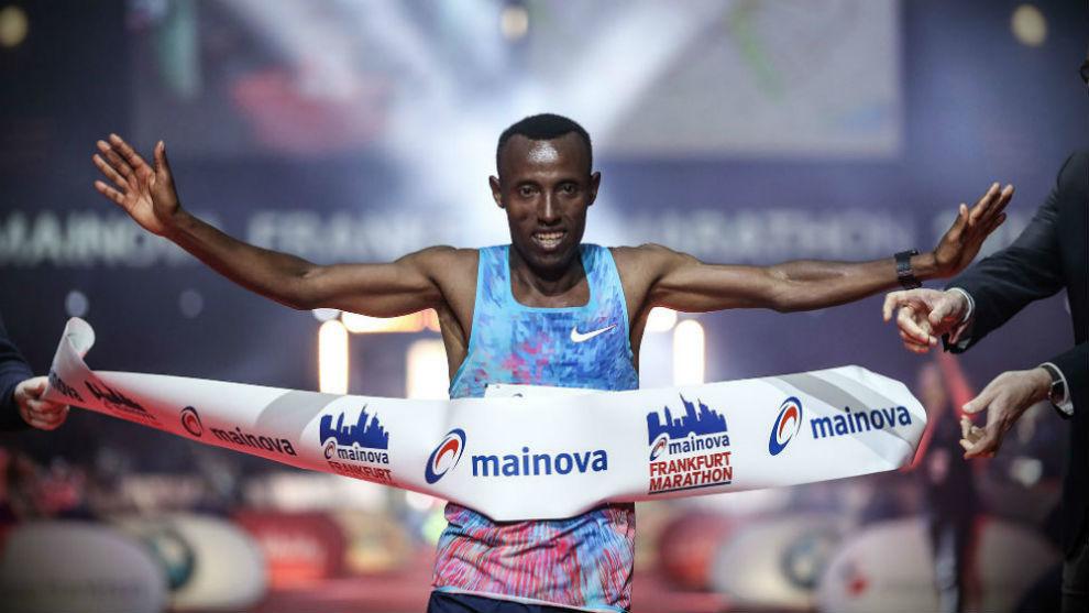 Shure Kitata Tola cruzando la línea de menta del maratón de...